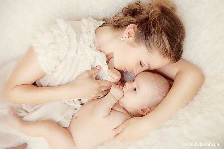Молодая мама и ее ребенок