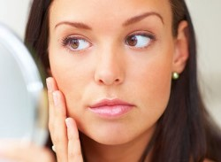 Девушка с выраженным отеком левой части лица