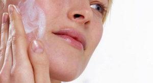 Мазь наносят на очищенные участки кожи