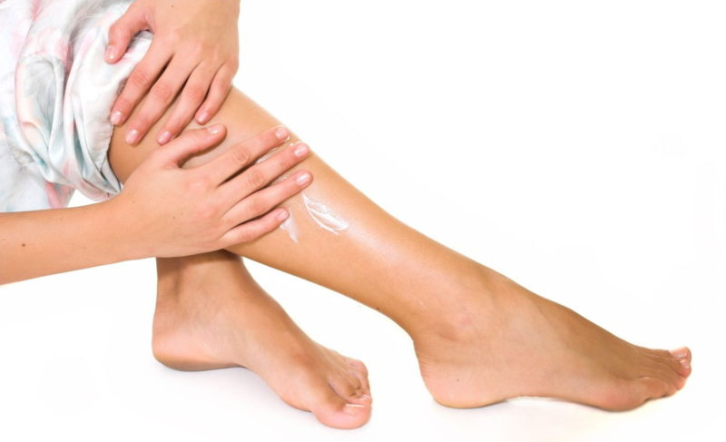 Препарат тонким слоем наносят на ноги