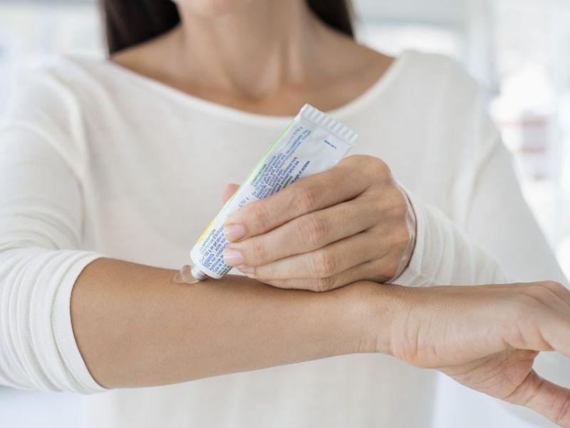 Препарат аккуратно наносят на очаг воспаления