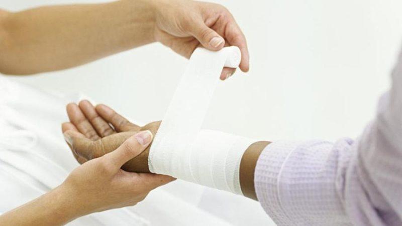 Лекарство тонким слоем наносят на очаг воспаления