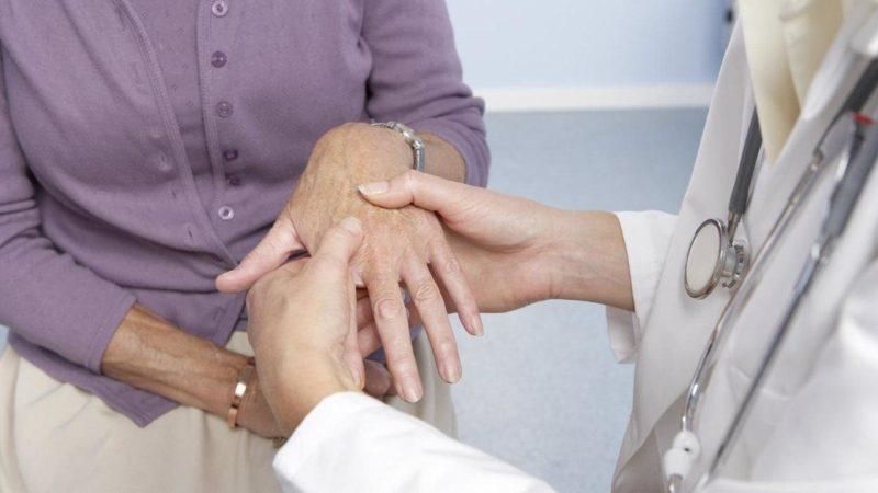 Мазь помогает устранить боль в пораженных суставах