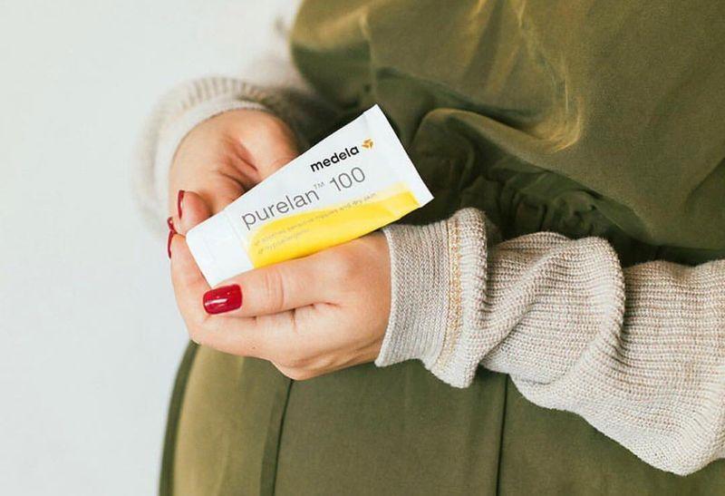 Беременным женщинам рекомендуется готовить грудь к кормлению при помощи крема