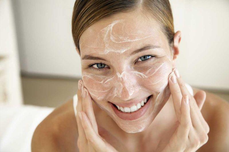 Пилинг лица несколько раз в неделю обеспечивает дополнительное очищение