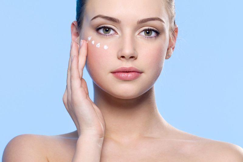 Ухаживать за кожей вокруг глаз необходимо уже начиная с 18-20 лет