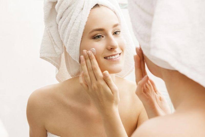 Крем наиболее эффективен, если наносить его на распаренную кожу