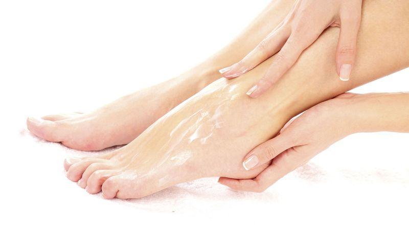 Лечение огрубевшей кожи пяток проводится курсом