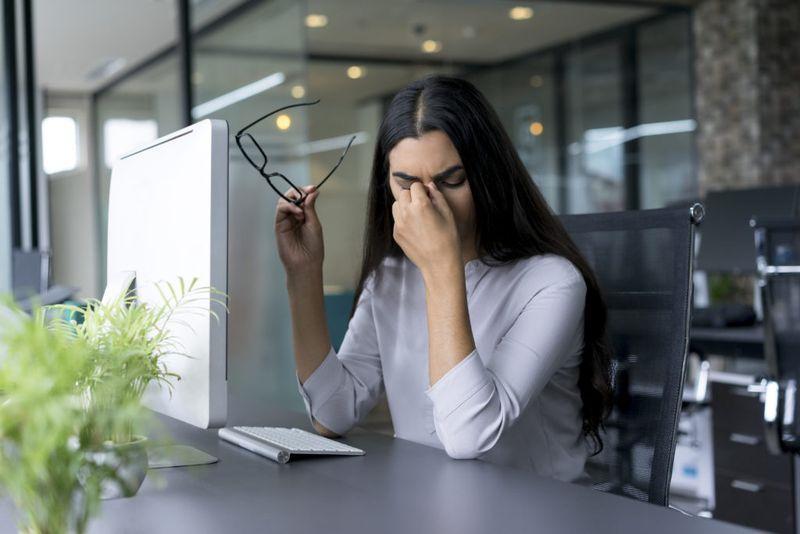 Капли помогают устранить сухость и раздражение слизистой глаза