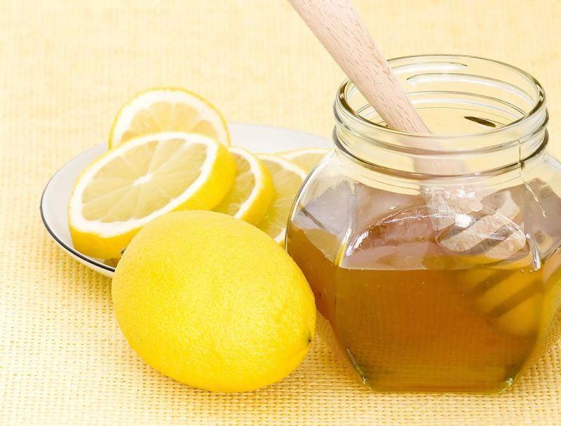 Сок лимона и мед против пигментных пятен